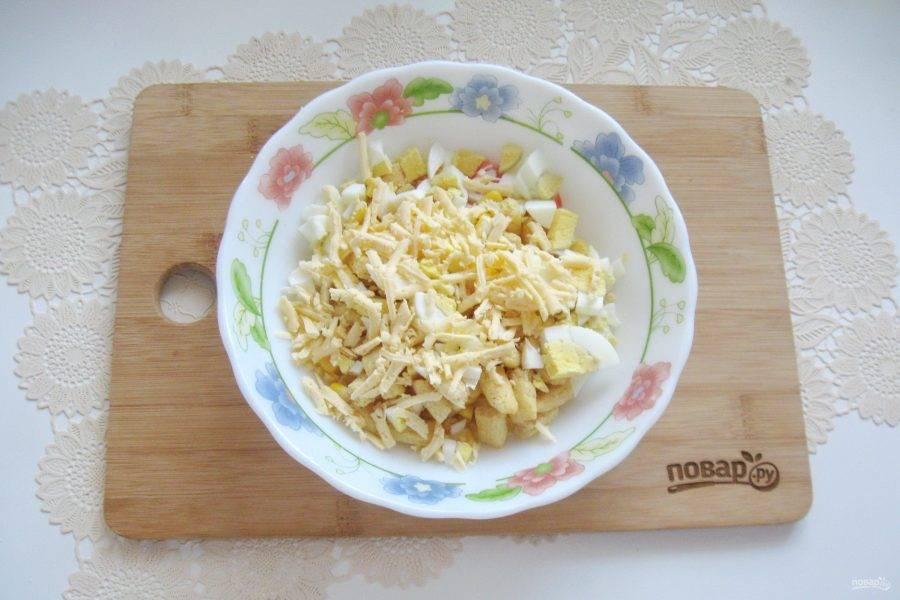 """Твердый сыр типа """"Российского"""" натрите на терке и выложите в салатник."""