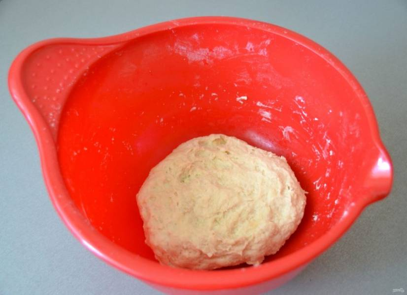 Замесите тесто, оно должно быть гладким и эластичным, накройте полотенцем и поставьте его в теплое место на расстойку на 1 час.