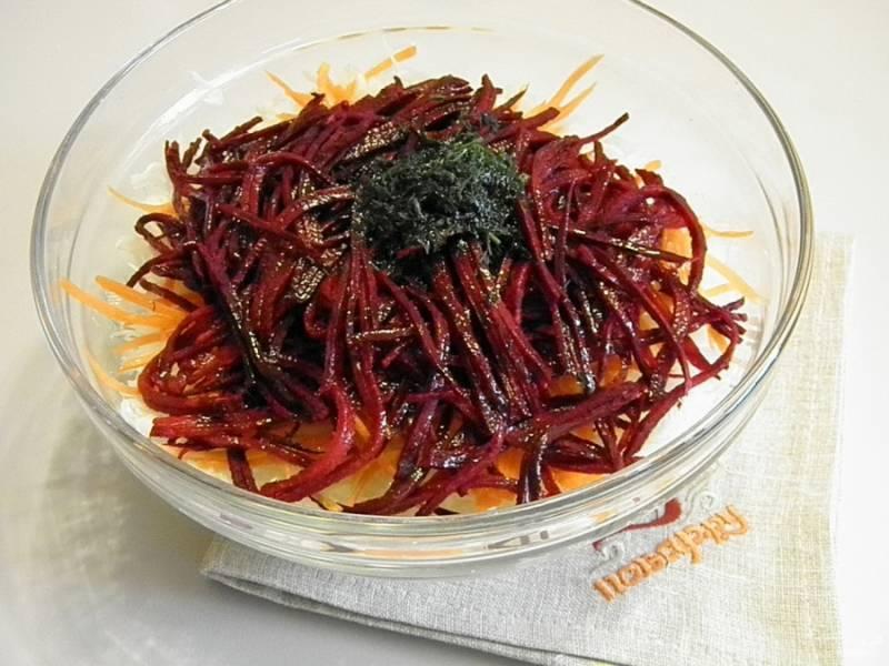Соедините все овощи в глубокой посудине, добавьте рубленный укроп, лимонный сок и растительное масло.