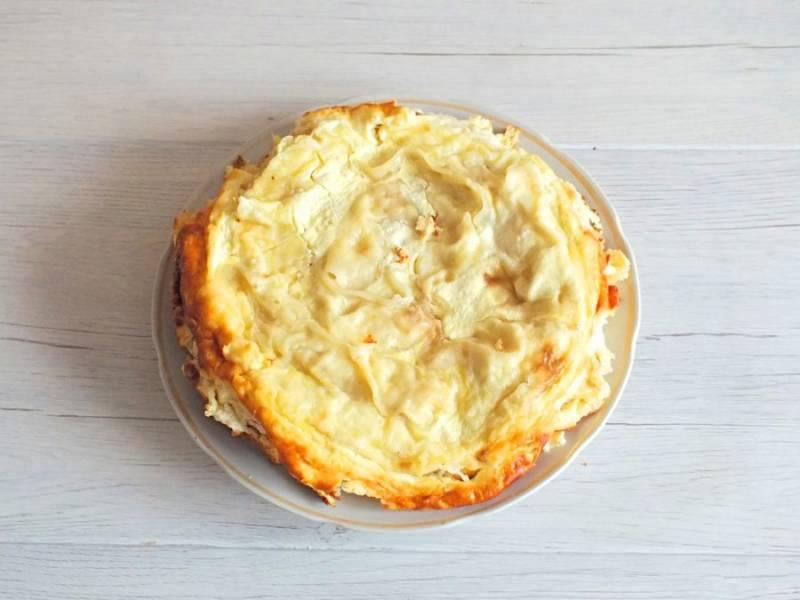 Готовый пирог оставьте в мультиварке на 30 минут с открытой крышкой. После десерт извлеките с помощью чаши для пароварки. Переложите на тарелку и можно подавать к столу.