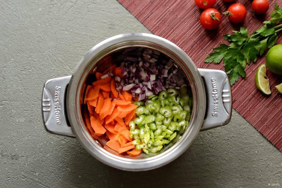 Нарежьте морковь и сельдерей ломтиками среднего размера, а красный лук порубите на мелкие кубики. Обжарьте овощи на оливковом масле лук до мягкости. Добавьте щепотку соли и перемешайте.
