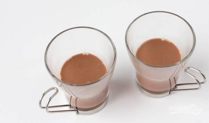 5. Шоколадное молоко налейте на дно чашек.