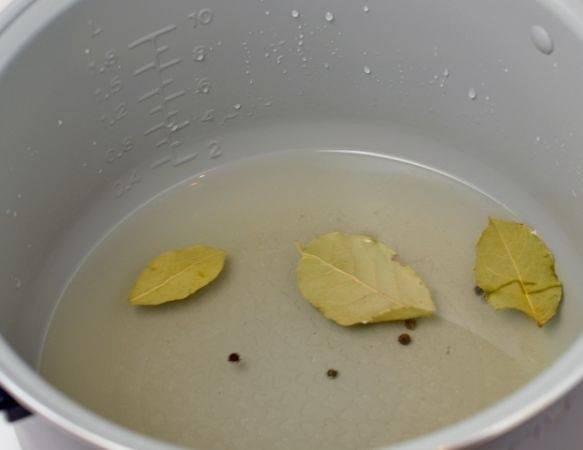 4. На дно чаши для мультиварки налейте воду и для дополнительного аромата выложите лавровый листочек. При желании можно добавить также перец горошком или другие специи по вкусу.