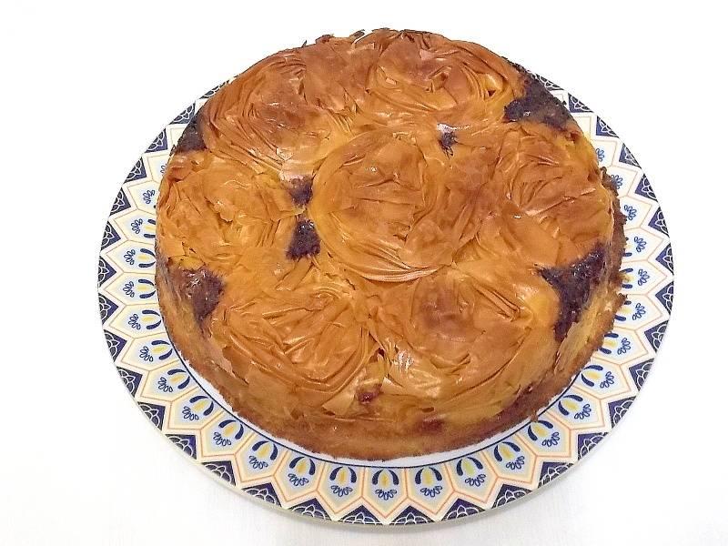 Выньте из духовке и оставьте на 20 минут при комнатной температуре. Затем проведите ножом по краю пирога и переверните его на блюдо.