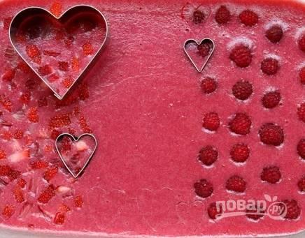 3. Когда ягодное желе хорошо застынет, с помощью выемок вырежьте сердечки.