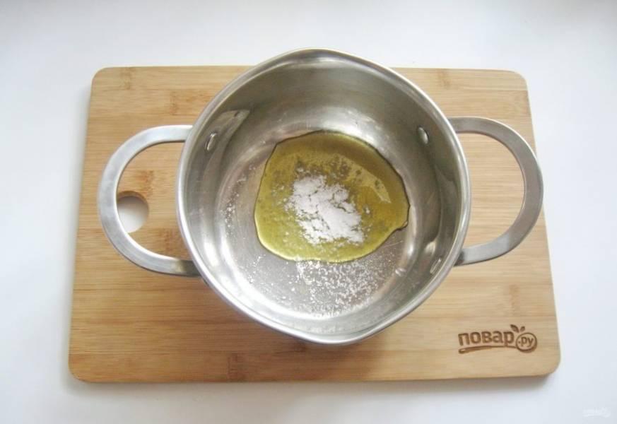 Приготовьте маринад. В кастрюлю налейте жидкий мёд. Добавьте соль.