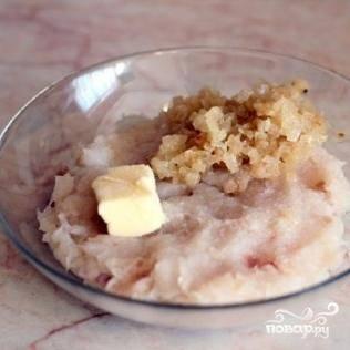 Рыбный фарш соединяем с немножечко обжаренным луком и сливочным маслом. Солим и хорошенько перемешиваем.
