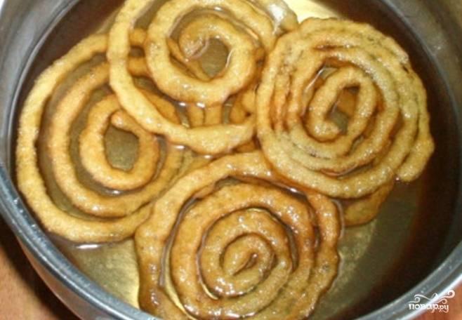 """7.Окуните каждую спираль в сироп. Блюдо готово. Теперь и вы знаете, как приготовить индийскую сладость """"Джалеби"""" далеко за пределами Индии."""