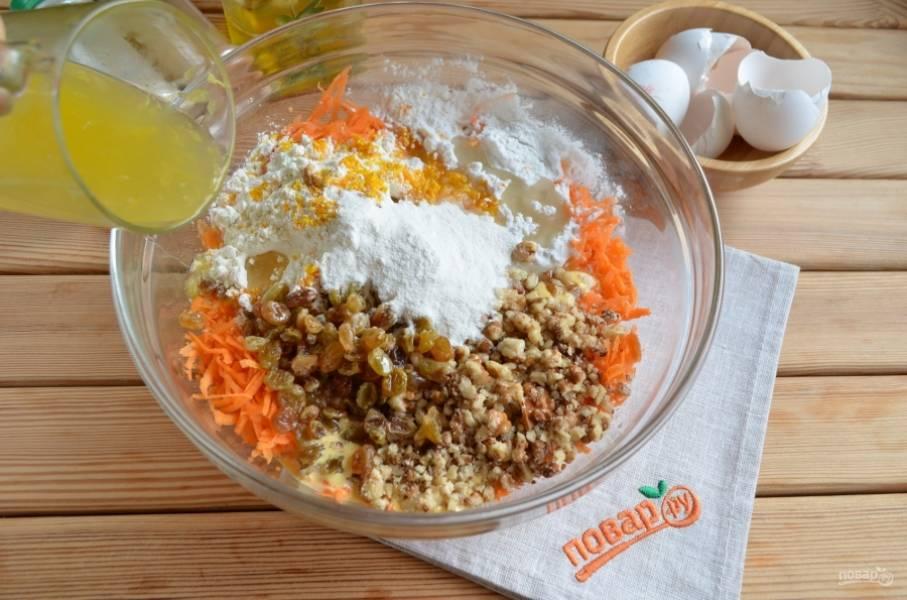 К моркови добавьте желтки с сахаром, дробленые орехи, изюм, муку, крахмал, разрыхлитель, цедру одного апельсина, апельсиновый свежевыжатый сок, имбирь, корицу, мускатный орех, рафинированное масло.