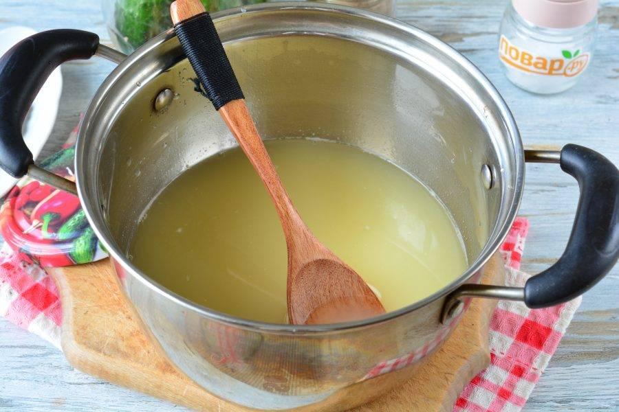 Слейте жидкость с огурцов и закипятите в кастрюле.