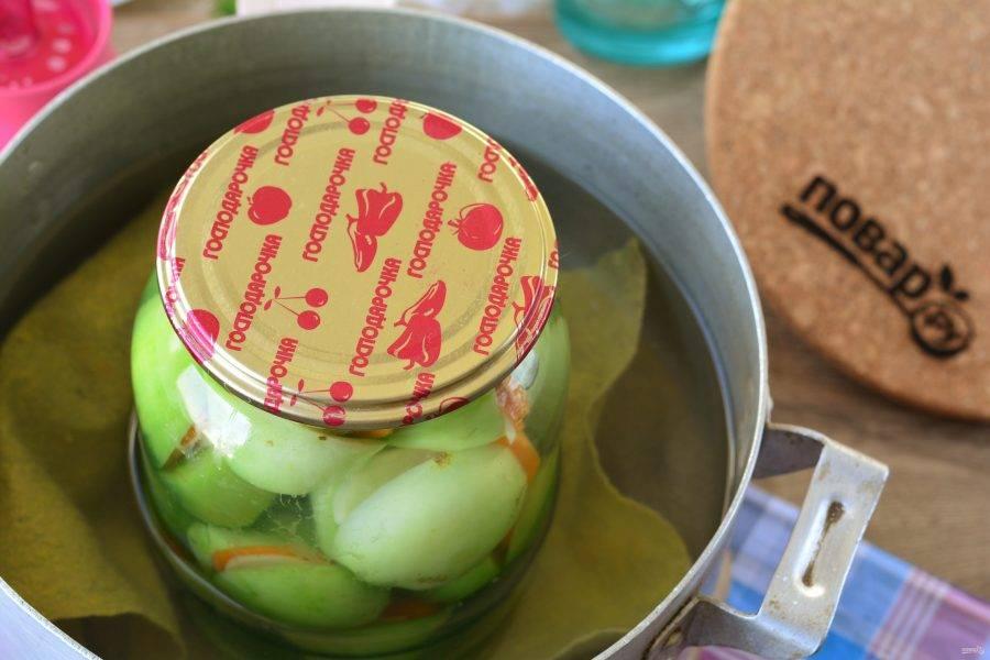 Поставьте банку в кастрюлю с теплой водой и стерилизуйте 15 минут. Под банку не забудьте выложить кусочек чистой ткани.