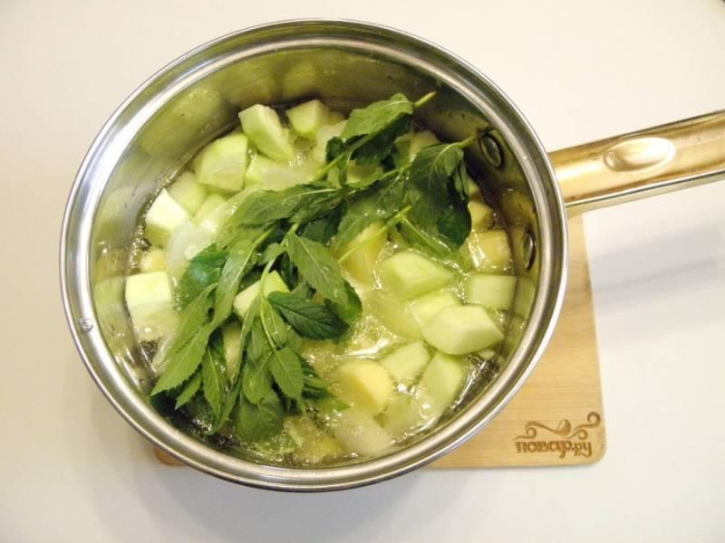 4. Влейте горячий бульон к овощам, посолите, положите сверху веточки мяты. Варите 25 минут с момента закипания. Перемешивать суп не нужно.