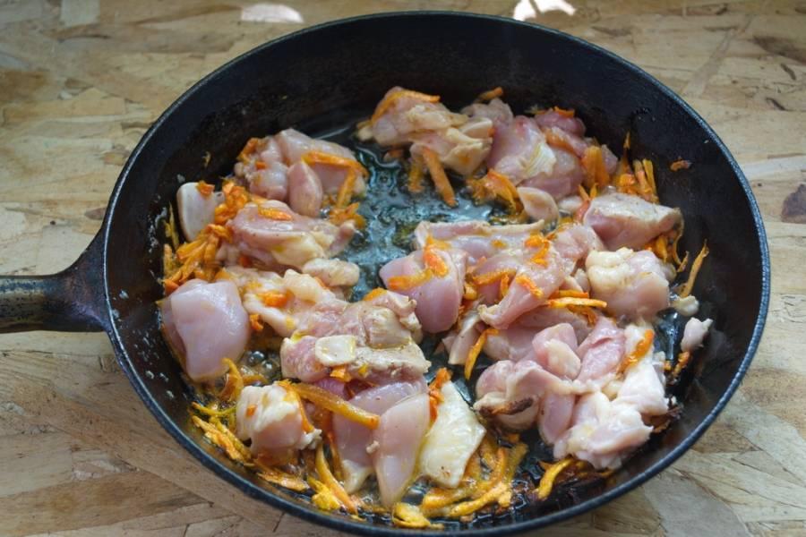 5. Не доводите морковь до сильной обжарки. Она должна стать мягче. К моркови добавляем нарезанное мясо. Тушим все вместе.