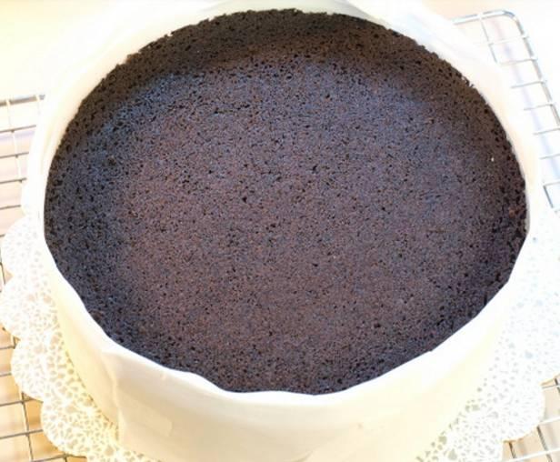 11.Накройте торт вторым бисквитным коржом и отправьте его на 2-4 часа в холодильник.
