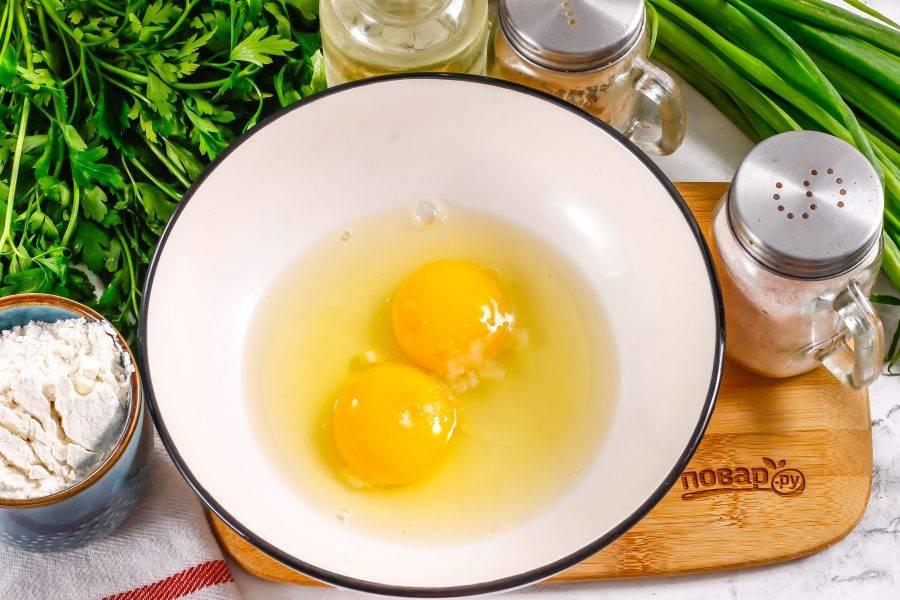 Куриные яйца вбейте в глубокую емкость, всыпьте пару щепоток соли и взбейте примерно 1-2 минуты.