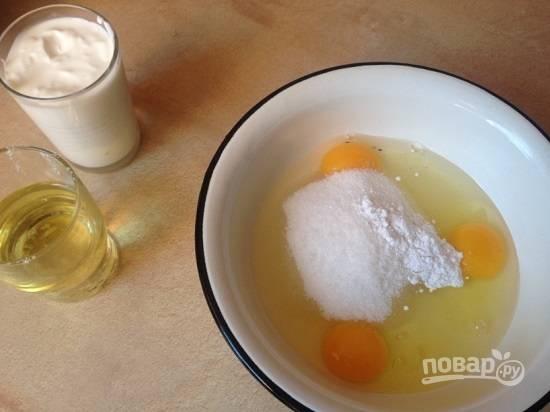 Выбиваем в миску яйца, добавим к ним сахар (обычный и ванильный).
