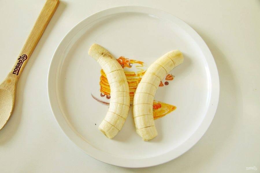 Выложите банан на блюдо в виде стволов пальмы, а затем нарежьте на кусочки толщиной 1,5-2 см.