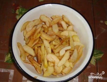 Очищаем яблоки от кожуры и сердцевины. Половину яблок нарезаем на дольки и посыпаем столовой ложкой сахара, перемешиваем. Пусть немного постоят.