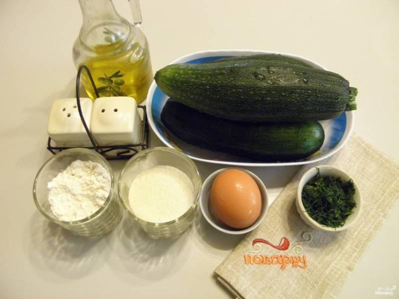 Подготовьте продукты. Кабачки вымойте и срежьте хвостики. Если кожура плотная, то можно снять и ее.