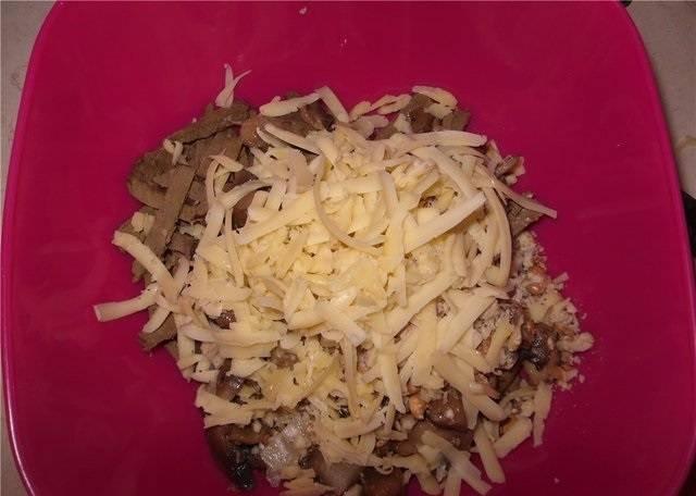 5. В салатник отправьте все ингредиенты. Ананасы нарежьте, а сыр натрите на средней терке. Аккуратно все перемешайте, при желании добавьте соль, перец, специи по вкусу.