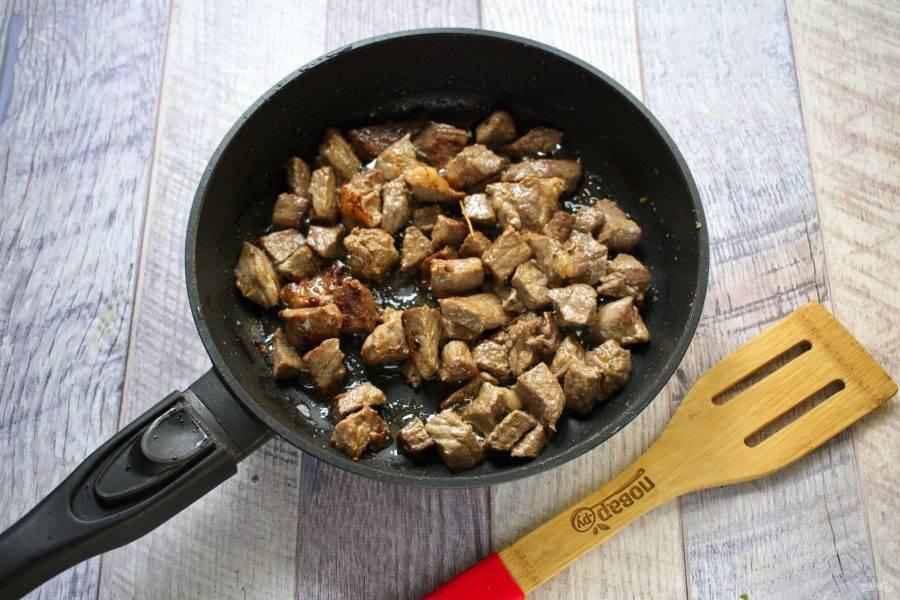 4.     Влейте остальное масло. Обжарьте мясо со всех сторон до румяной корочки на среднем огне.