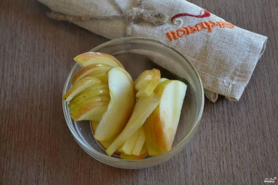Сложите яблочные дольки в стеклянную миску, поставьте в микроволновку на 45 секунд. Если у вас нет микроволновки, то можно подержать яблочные дольки на водяной бане, чтобы они отмякли и хорошо сгибались.