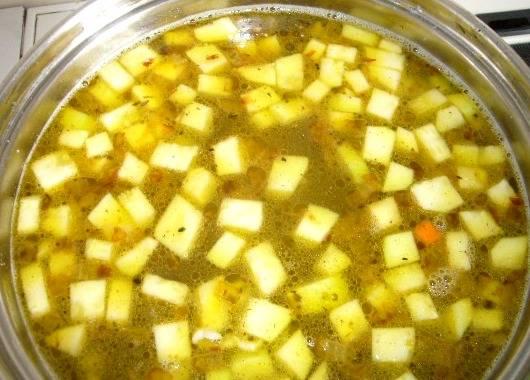 Перекладываем обжаренные овощи в кастрюлю с курицей и варим их 15 минут после того, как жидкость закипит.