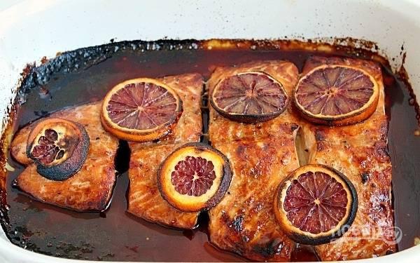 4. Отправьте в духовку и запекайте минут 15 до готовности. Семга в глазури из красного апельсина не должна быть пересушена!
