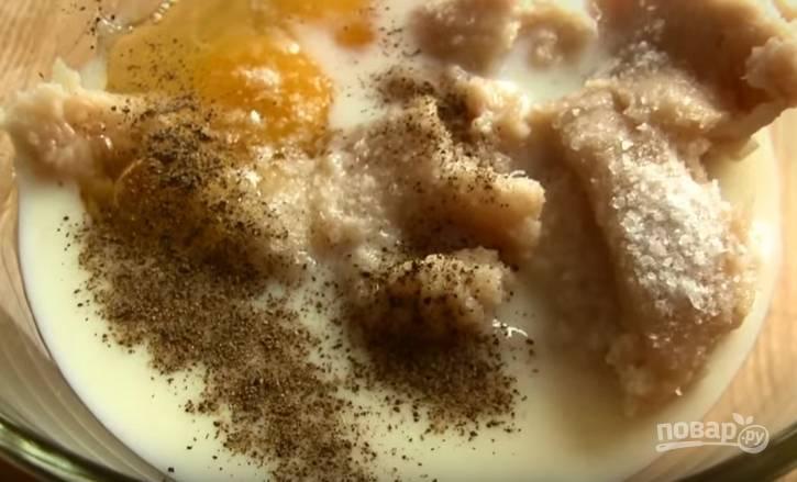 2. К фаршу добавьте соль, перец, яйца, молоко и перемешайте.