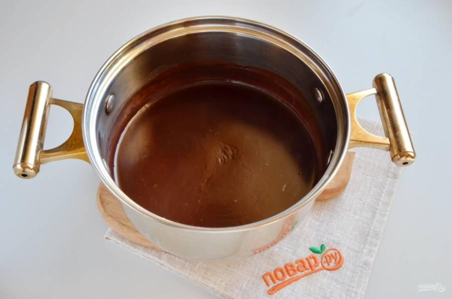 Как только шоколадный крем начнет закипать, снимите его с огня. Я ориентируюсь на пузыри, как они они появились и крем заметно загустел, значит готов.