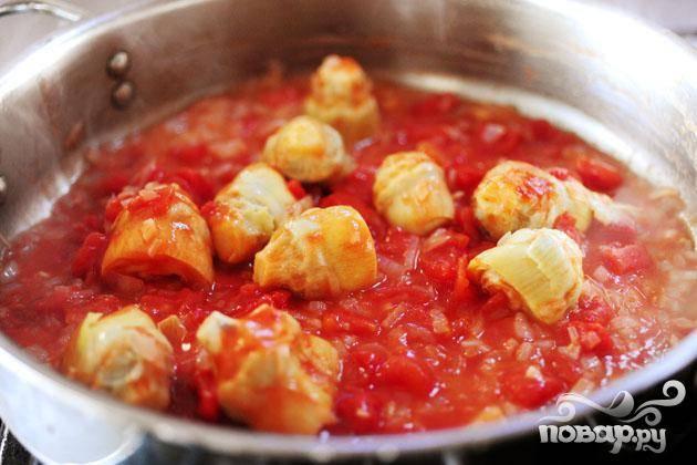 Залить банку консервированных томатов. Готовить 8-10 минут.