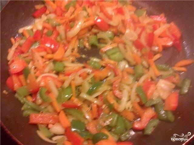 Обжарьте овощи в масле на сковороде, посолив и поперчив на свой вкус.