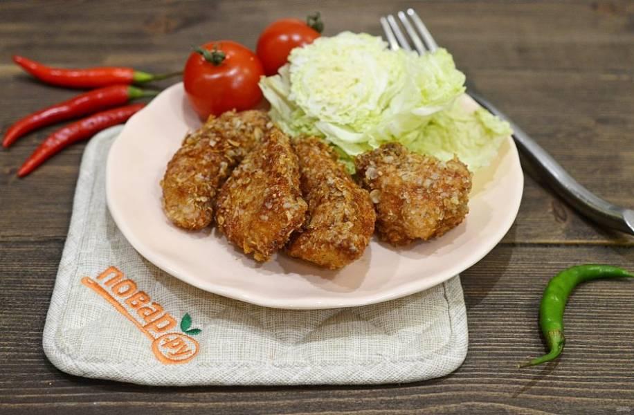4. Обжарьте в масле до хрустящего состояния. Подавайте с нарезанной пекинской капустой. Приятного аппетита!