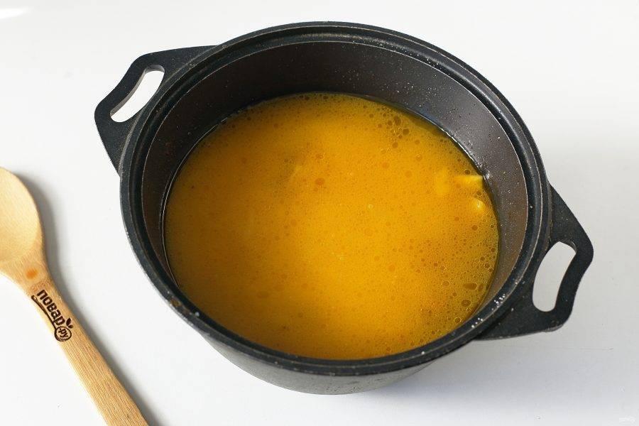 Распределите сверху промытый рис, залейте его кипятком, чтобы вода покрывала рис примерно на 1 см. Добавьте соль по вкусу и готовьте на сильном огне до полуготовности риса. Затем соберите рис к центру казана, накройте тарелкой, сверху накройте все крышкой и продолжайте готовить на небольшом огне еще 10 минут.
