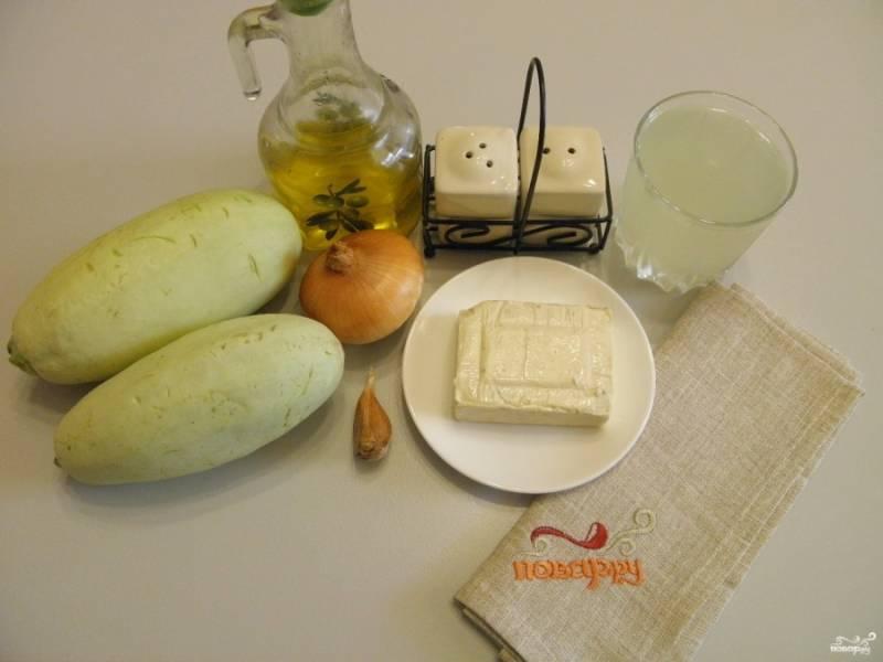 Для супа подойдет любой мясной или овощной бульон. Я приготовила его заранее, отцедила. Кабачки вымойте, если кожура жесткая, снимите ее. Очистите овощи.
