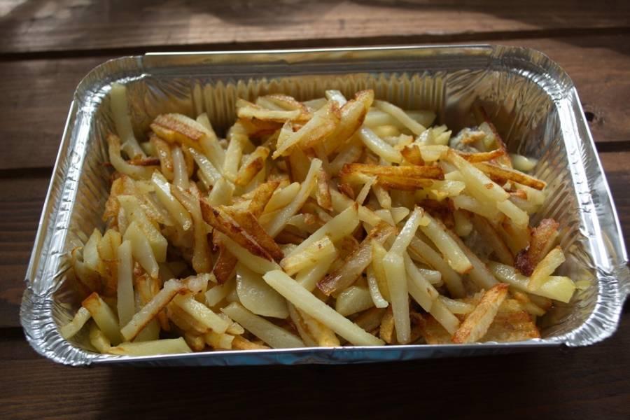 Картофель обжариваем на другой сковороде до готовности. Нарезайте картофель произвольно, главное, чтоб все кусочки были почти одинаковые, чтоб время готовности у всех совпало. Уложите картофель поверх рыбы.