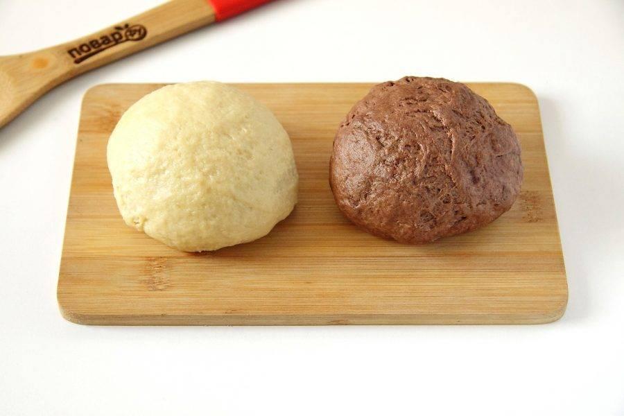 Разделите тесто на две части. В одну добавьте какао и вымешайте его еще раз.