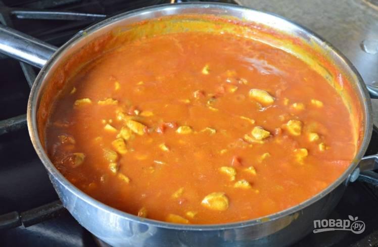 Время от времени перемешивайте соус. Подавайте его горячим.