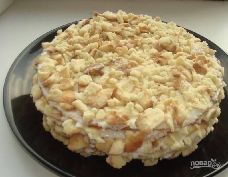 Остатки сметаны, сахарную пудру, ванилин (который можно заменить ванильным сахаром) и обезжиренный творог поместите в чашу блендера и хорошенько взбейте все ингредиенты. Это будет ваш крем для торта. Остывшие коржи перемажьте получившейся массой. Испеченными обрезками теста, которые нужно покрошить, обсыпьте торт со всех сторон. Поставьте его пропитываться в холодильник на несколько часов.