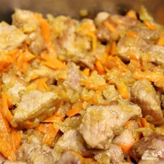 3. Картошку почистите и нарежьте кусочками. К луку и моркови выложите мясо, добавьте лавровый лист. Перемешайте. Если желаете, можно добавить и другие специи: чеснок, тимьян, томатную пасту.