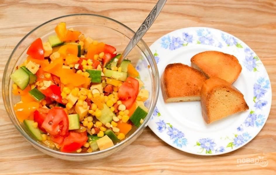 4.Настаиваю салат пару минут, после этого подаю с чесночными гренками или с обжаренным хлебом.