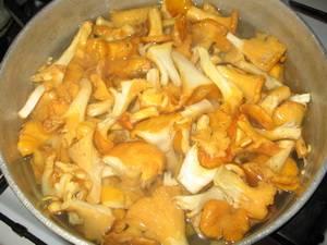 2. Перед отправкой грибов на сковороду грибы нужно отварить в слегка подсоленной воде. Варятся они не более часа на среднем огне.