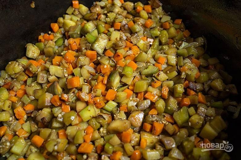 4. Добавляем нашинкованный болгарский перец, баклажаны и продолжаем обжаривать. Соль и специи добавьте по вкусу.
