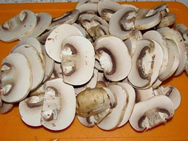 3. Грибы вымыть, просушить и нарезать тонкими ломтиками. Рецепт приготовления свинины, тушеной с грибами можно разнообразить также несколькими видами грибами при желании.