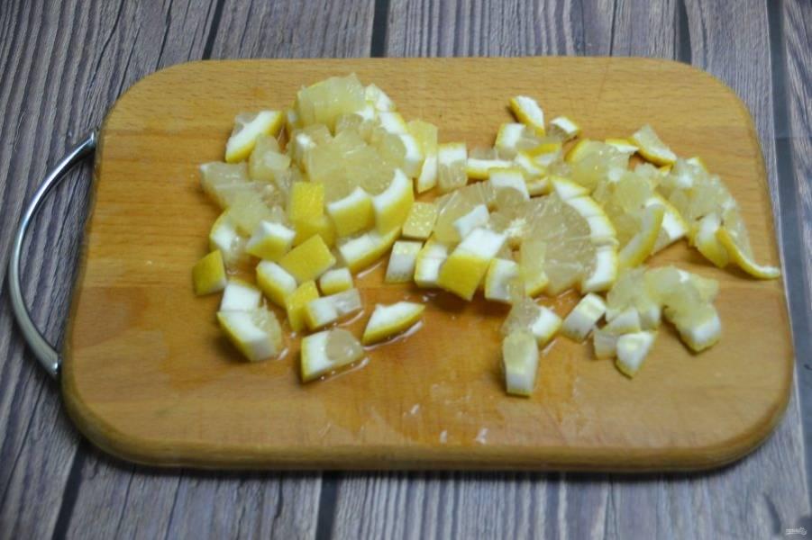 Порежьте лимон, удалите семечки, порежьте  на небольшие кусочки, добавьте к варенью.