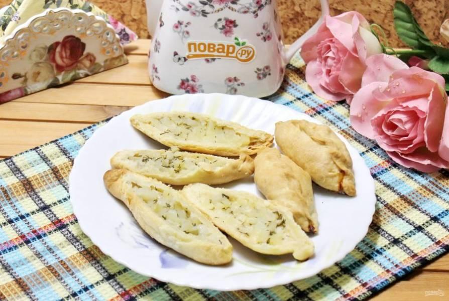 При подаче пирожки разрежьте на две части вдоль и смажьте растопленным сливочным маслом.