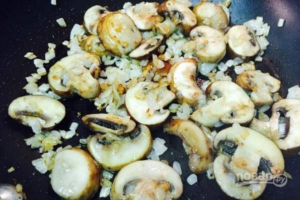 Грибы промойте и нарежьте пластинами. Добавьте их в сковороду и жарьте в течение 2-х минут, помешивая.