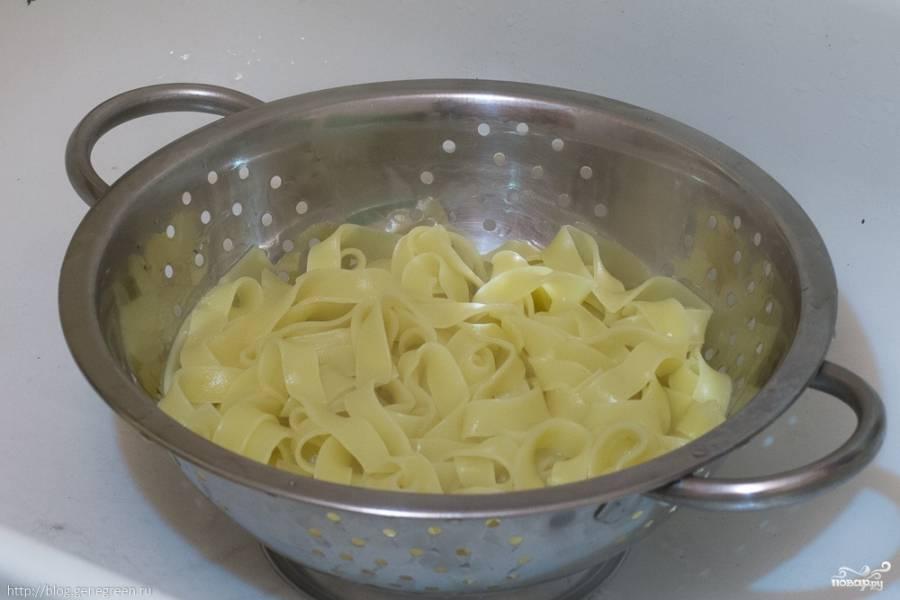 Фетучини отварите в подсоленной воде до полуготовности. Промойте макароны в дуршлаге.