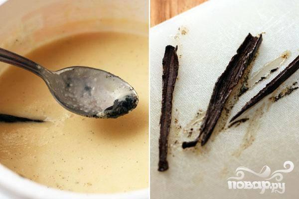 3.Достаем ваниль, теперь берем ложку и выскребем ею семена. Добавляем их к сливкам.