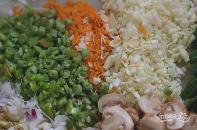 Пока варится рис, нужно измельчить все овощи и нарезать некрупно грибы.